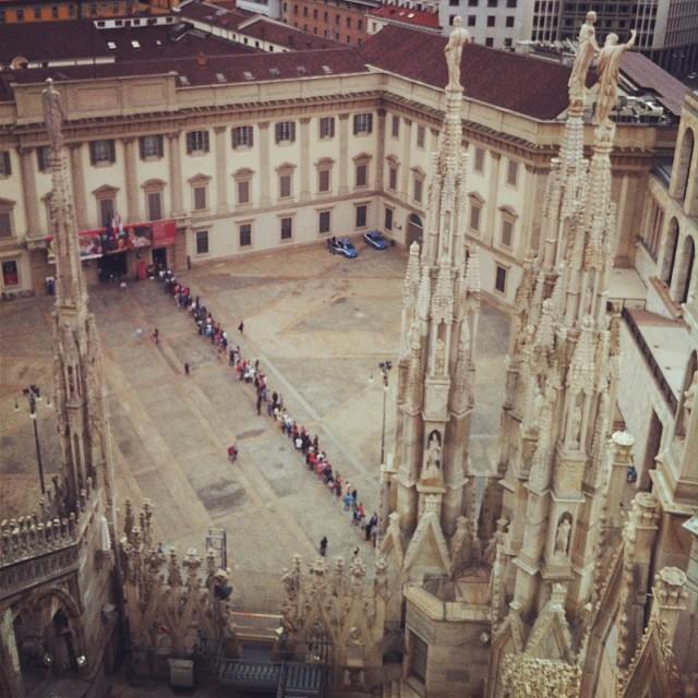 La fila di fronte a Palazzo Reale vista dalla terrazza del Duomo. Foto fatta da me e scaricata dal mio profilo instagram  http://instagram.com/ale9ssandra/