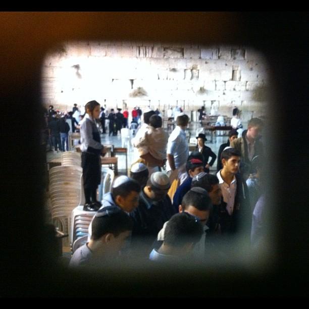 Uomini in preghiera durante lo shabbat. Le donne osservano attraverso una grata. Foto di @ale9ssandra
